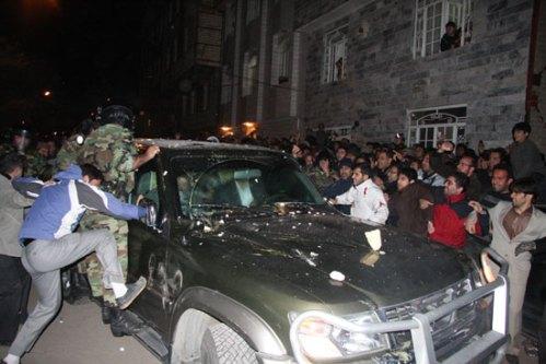 حمله اراذل و اوباش رژیم به مهدی کروبی در قزوین