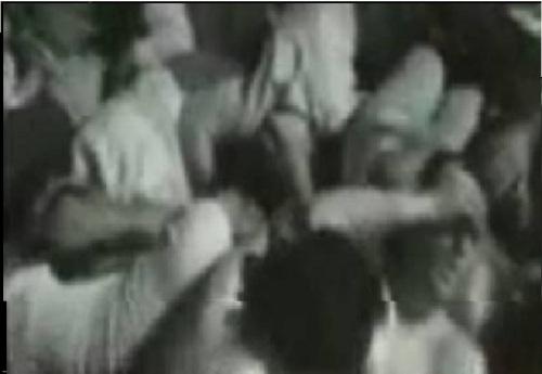 تصویر گروهی از دانشجویان زخمی و ... که توسط نیروهای خامنه ای روی هم تلنبار شده و جوی خون از زخمهایشان روان است